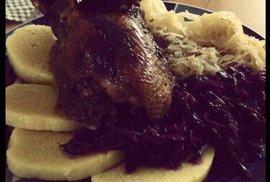 Svatomartinský oběd jak má být - husa, knedlík, zelí.