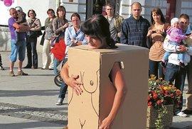 Lenka Klodová během pouličního happeningu