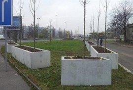 Škromach v květináči. Na betonových obludnostech z Prahy 5 se vyřádili internetoví vtipálci