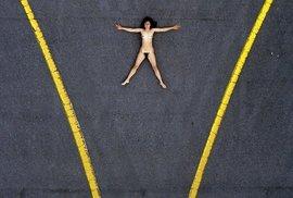 Jako panenka voodoo pohozená uprostřed silnice.