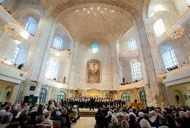 Ekumenická mše v drážďanském Kreuzkirche na Altmarktu. Vy si raději zajděte na Neumarkt prohlédnout známější luteránský Frauenkirche, jehož rozsáhlá rekonstrukce byla dokončena v roce 2005. Svým interiérem ve zmrzlinových barvách a divadelními ochozy vám evokuje atmosféru Formanova snímku Amadeus.