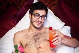 Únor, svátek svatého Valentýna, růže, romantika... Naháč v posteli k tomu celkem pasuje, ne?
