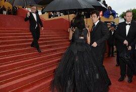 Benicio Del Toro na červeném koberci - a pořád prší