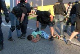 Pomáhat a chránit 2: Policisté se vrhli na chlapce
