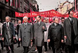Vprvomájovém průvodu krátce posvém zvolení prezidentem. Kráčí vedle Dubčeka, muž menší postavy je MUDr.Kriegel.