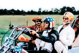 """ZaBEZSTAROSTNOU JÍZDU (1969) ještě Nicholson Oscara nedostal, musel se spokojit s""""pouhou"""" nominací (zleva Dennis Hopper, Peter Fonda aJN)"""