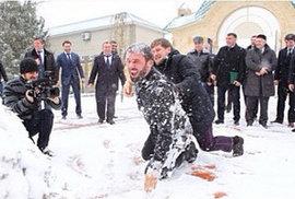 Čečenský prezident Kadyrov kouluje své ministry a válí se s nimi ve sněhu