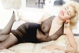 Miley Cyrus se svlékla pro německou mutaci časopisu Vogue.