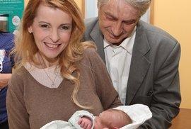 Šťastná chvilka Ivety Bartošové. V náruči drží čerstvě narozeného vnoučka Honzíka.