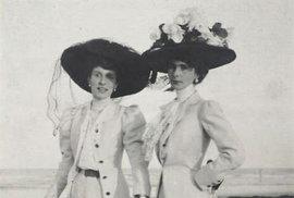 19. století, velké klobouky, dlouhé sukně, košile zapnuté ke krku, paraplíčko