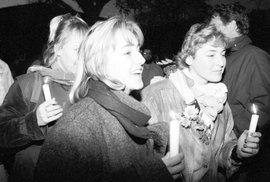 17. listopad 1989 obrazem: K průvodu studentů a studentek se přidala i řada Pražanů