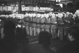 17. listopad 1989 obrazem: Kordony na Národní třídě uzavřely demonstranty do pasti