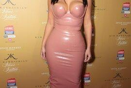 """Americká celebrita z povolání, Kim Kardashian (34), prakticky každý den zásobuje sociální sítě, noviny a časopisy nějakým překvapením. A zatím se ji to daří, jen na Instagramu má téměř 22 milionů lidí a na Facebooku 24,5 milionů """"přátel"""". Ve svých snahách šokovat navíc neustává."""