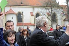 Fotografie dne: Ivana Zemanová vytáhla zelenou kartu, která představuje nic...