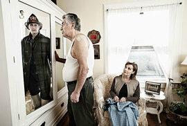 Americký fotograf Tom Hussey připravil zajímavý projekt – nafotil staré lidi, pak vzal jejich portréty z mládí a spojil do jednoho obrazu. Na zajímavý výsledek se můžete podívat.