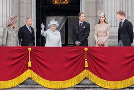 Britská královská rodina vroce 2012 během oslav šedesátého výročí korunovace královny Alžběty (zleva Camilla Bowlesová, princ Charles, královna, princ William, jeho manželka Kate Middletonová aprinc Harry)