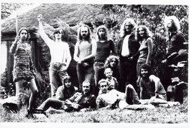 Pes na jihu po několikadenním zkoušení v jižanské komunitě kdesi v Čechách, počátkem 80. let. Zleva stojící Hrubeš, Martinek a Hejma, dole v pozici ležících střelců výjimečně krátkovlasí Plech a Rošky.