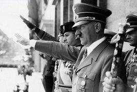 Adolfu Hitlerovi chybělo jedno varle, měl nedostatek sexu a možná i malinkatý penis, tvrdí historici