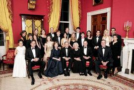 Klan Bushů vČerveném pokoji Bílého domu vroce 2005. Jeb zcela vpravo vprvní řadě.