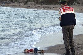 Utonulý hošík prchající před syrským zmarem hnul světem