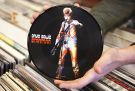 "Pocty ""hvězdnému muži"": Bowieho hit Starman od Duran Duran, Leningrad Cowboys a deseti tisíc maniaků"