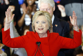 Hillary Clintonová se prohlásila vítězkou. Ale s odřenýma ušima.