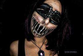 Krásná umělkyně se mění v monstrum. Jen pomocí barev