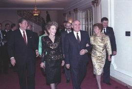 Michail Gorbačov, Ronald Reagan a manželky na ambasádě ve Washingtonu. Razantní role USA ve světě vypadala za Reagana jinak než dnes
