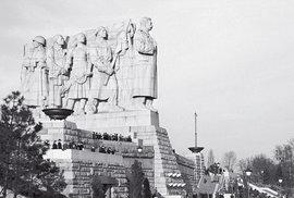 Gigantické Stalinovo sousoší vPraze naLetné. Odhaleno vroce 1955, přetrvalo ještě sedm dlouhých let.