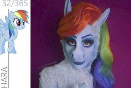Transvestita se vykašlal na zpěvačky, teď se převléká za kreslené poníky