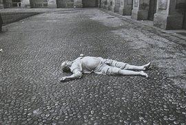 Mrtvé tělo Jana Masaryka pod okny jeho černínského bytu