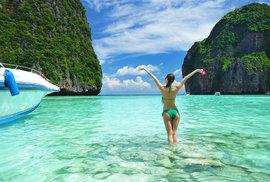 Thajské pláže lákají na průzračně čistou vodu.