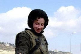 V ulicích Izraele jsou vojáci běžní. A vojačky jakbysmet.