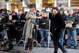 Irvin Welsh (v klobouku)  a skotský herec James McAvoy  při natáčení filmu Sviňák vroce 2012