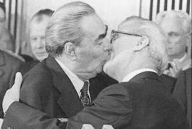 Takto líbal v říjnu 1979 Leonid Brežněv kolegu z NDR Ericha Honeckera.