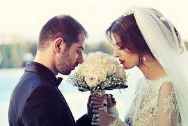 Změny příjmení žen po svatbě jsou genderově nepřijatelné!