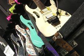 Sbírka kytar. Povšimněte si Vaiova osobitého madla.