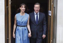 Premiér David Cameron s manželkou Samanthou opouští volební místnost. Ještě optimistický.