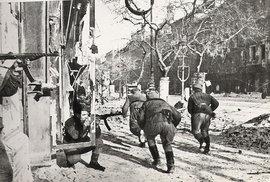 Ridá armáda v budapešťských ulicích, 1945.
