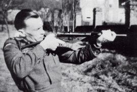 Npor. Rudolf Hrubec vBellasisu, osamělém zámečku uDorkingu vjižní Anglii. Pro své zkušenosti byl ustanoven vedoucím českým instruktorem astyčným důstojníkem kbritské sekci SOE. Nasnímku při zkušební palbě zjednoho zvůbec prvních prototypů nejnovějšího anglického samopalu Sten-gunMk. II. (STEN – podle prvních písmen výrobců Shepharda aTurpina vzávodě Enfield). Tento samopal se stal klíčovou zbraní operační skupiny ANTHROPOID, která udeří naReinharda Heydricha.