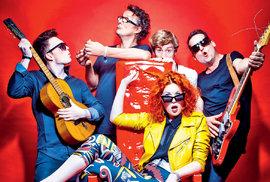 Mydy Rabycad, přijeli zGlastonbury… Asi největší objev domácí hudební scény posledních dvou tří let, parta kolem zpěvačky Žofie Dařbujánové, hrála vloni naSzigetu, minulý měsíc se vrátili znejvětšího evropského festivalu vGlastonbury… Přišli, prohodili pár slov, jen nám jich bylo trochu líto, hráli totiž jako poslední show najednom zmenších pódií vestejnou dobu co Underworld, tak snad příště nahlavní scéně.