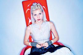 """Aurora, holčička. Mladičká, minulý měsíc dvacetiletá norská zpěvačka Aurora svizáží lolitky rozzářila festival bezprostředností aholčičkovskou hravostí. Její letošní debutové album All My Demons Greeting Me as aFriend, což se dá přeložit jako """"Všichni mí démoni mi kynou jako přátelé"""", okamžitě vyhrálo norskou hitparádu adobře se prodává ijinde poEvropě. Zapamatujte si tohle jméno!"""
