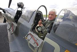 Válečný veterán se v 93 letech znovu proletěl ve Spitfire, s nímž bojoval proti nacistům