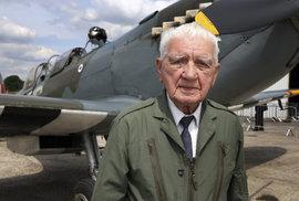 93letý generál Emil Boček se ve Spitfiru proletěl nad Londýnem
