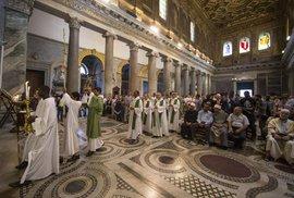 Vtipálci nahradili svěcenou vodu v kostele pálenkou