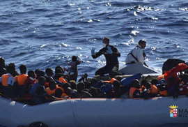 Itálie je pod tlakem migrantů z Afriky. Italové je zachraňují ze Středozemního moře