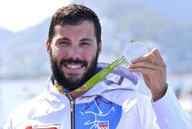 Josef Dostál se chlubí svou stříbrnou olympijskou medailí