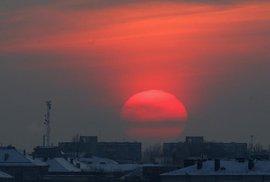 Nad zmrzlým litevským Vilniusem zapadá slunce