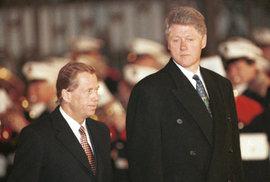 Bill Clinton slaví 70. narozeniny. V Praze hrál na saxofon a šel na pivo s Hrabalem