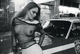 Zločin, korupce, prostitutky: Drsný New York 70. let zachycen na vzácných fotografiích